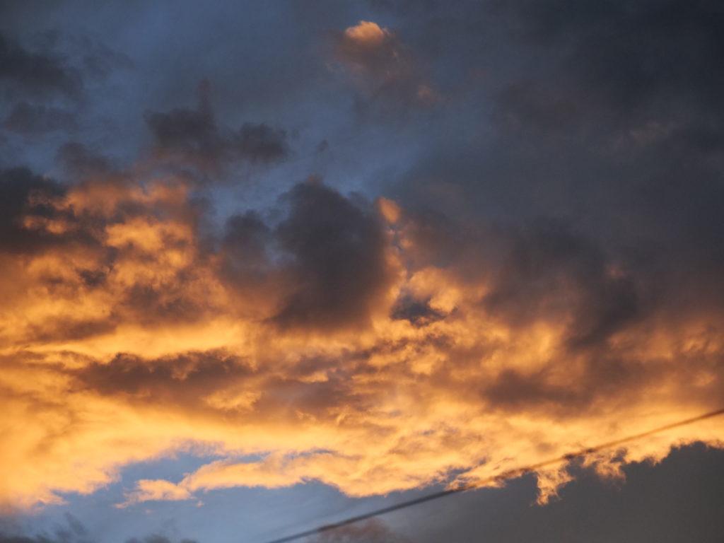 日の照らしている空と雲