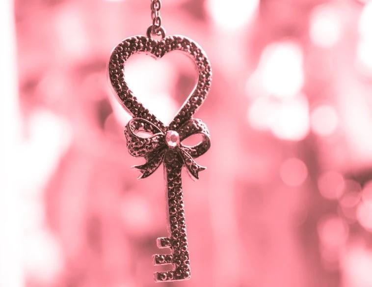 ピンクの愛の光に輝く、この驚くべき黄金の鍵