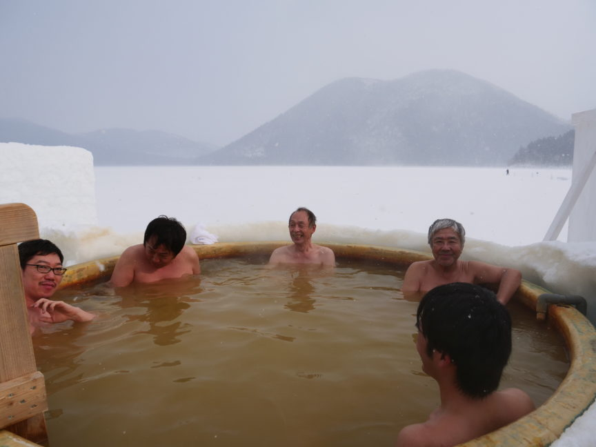 北海道然別湖 コタン 名物の氷上温泉露天風呂