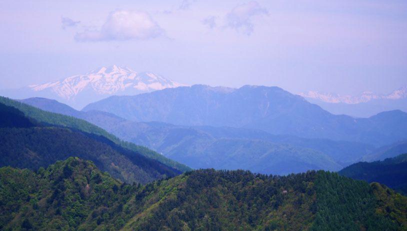 別荘地の近くの丘から見た北アルプスの山並み