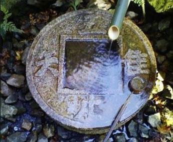 京都、竜安寺 蹲い(つくばい) 吾、唯、足るを知る