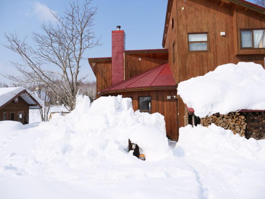雪の埋もれたサンタビレッジの玄関