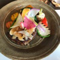 北海道 新得町 ラ・モトリスのハンバーグと野菜サラダ