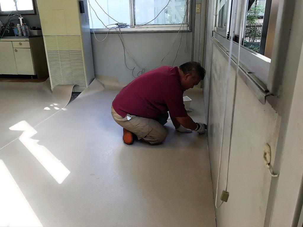 オフィスの床の張替え作業