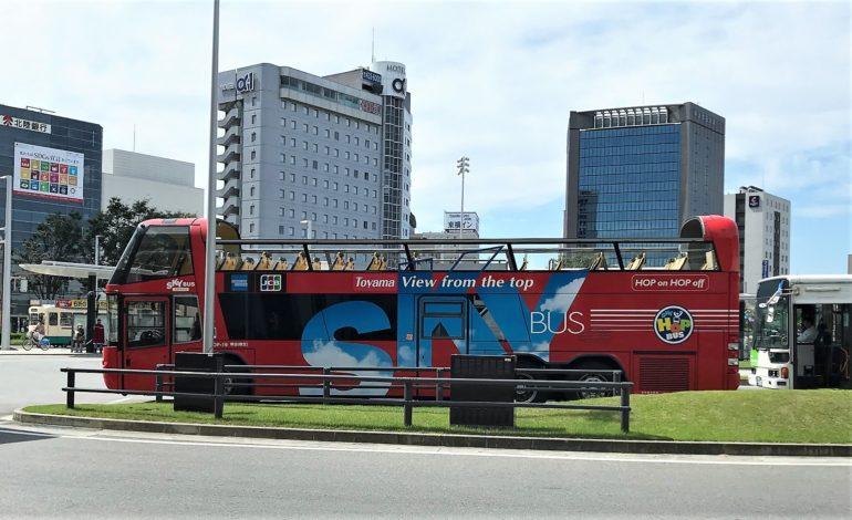 富山市内観光の2回建て観光バス
