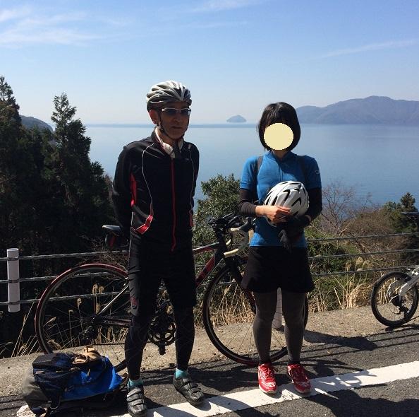 琵琶湖を背にした記念撮影  竹生島も見える