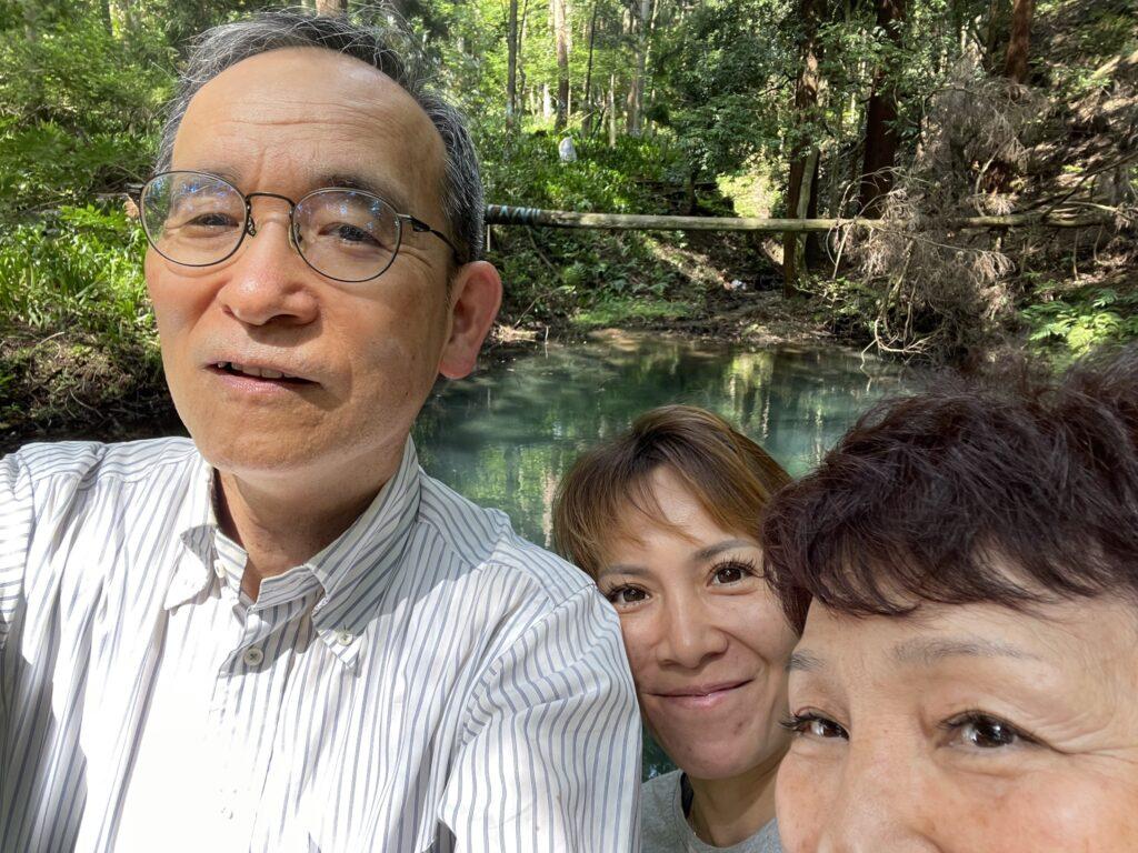 池の前で記念撮影